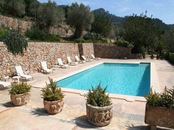 C mo decorar un patio con piscina for Ideas para decorar un patio con piscina